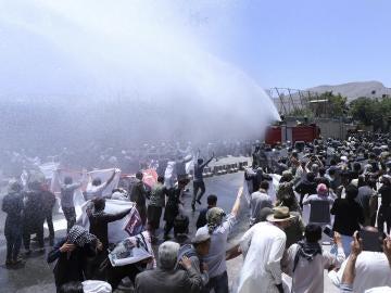 Agentes de la Policía dispersan a los manifestantes con cañones de agua en Kabul