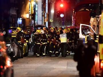 La Policía rodea la zona del ataque en el Puente de Londres