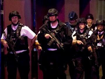Agentes de policía cerca del Puente de Londres