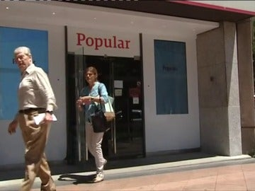 Frame 70.566633 de: La quiebra del Popular provoca una oleada de visitas a las sucursales de clientes indignados