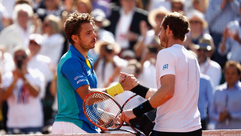 Wawrinka le da la mano a Murray tras vencerle en Roland Gsarros