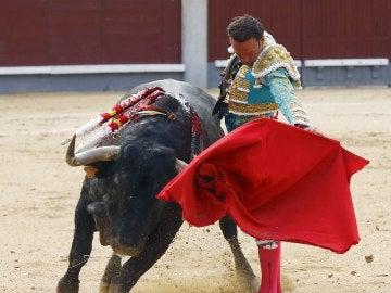 El diestro Antonio Ferrera en la faena a su primer toro