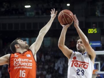 Llull lanza a canasta en el partido ante Valencia Basket