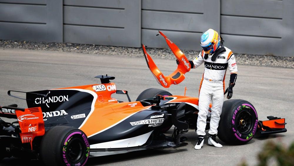 Fernando Alonso se baja de su coche tras la avería