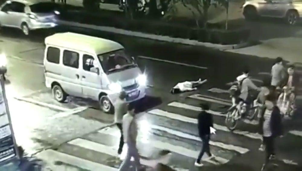 Frame 31.310233 de: Una mujer es atropellada dos veces y nadie se acerca a ayudarla durante dos minutos