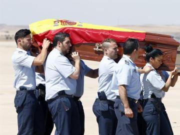 El féretro de Ignacio Echeverría a su llegada a la base aérea de Torrejón de Ardoz