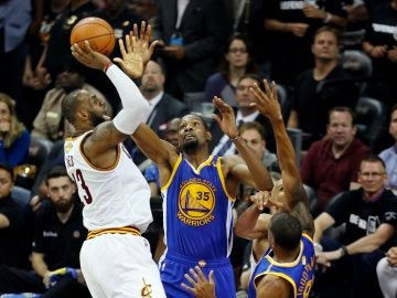 LeBron tira a canasta ante Kevin Durant