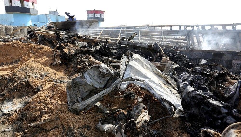 Un amasijo de hierros en el escenario de un atentado suicida en Bagdad