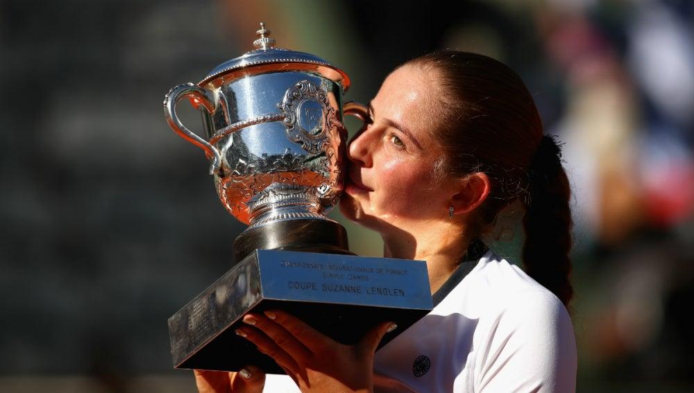 Ostapenko, con el trofeo de Roland Garros