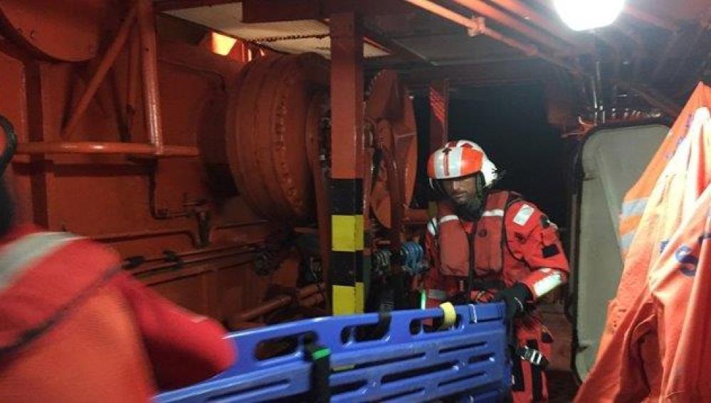 Operarios de Salvamento Marítimo a bordo de una embarcación
