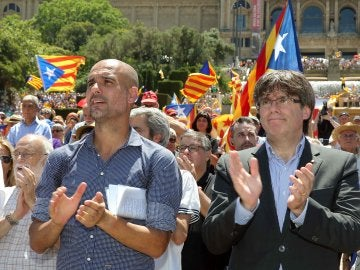El presidente de la Generalitat, Carles Puigdemont, y el exentrenador del FC Barcelona Pep Guardiola