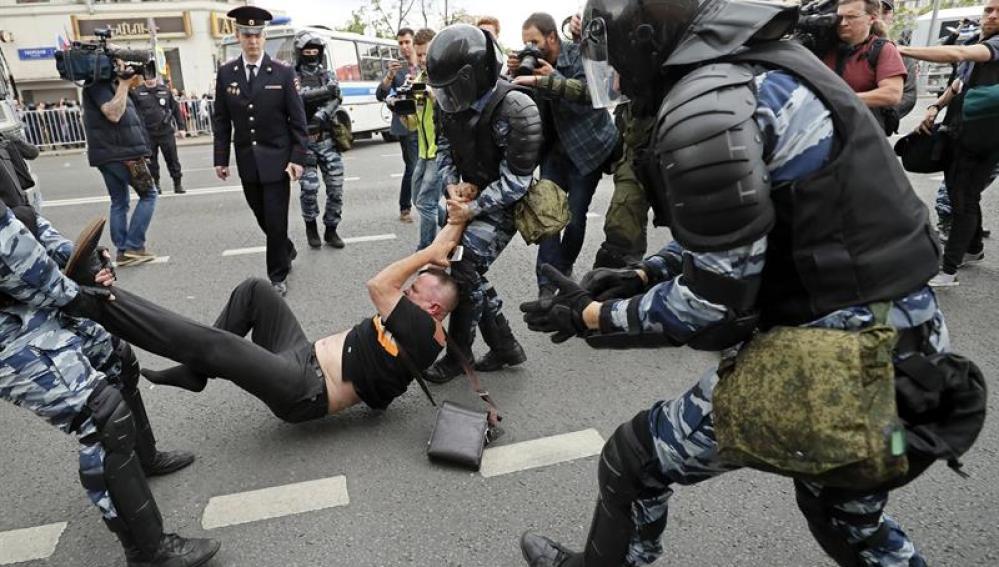 La Policía rusa detiene a un hombre en las protestas en Moscú