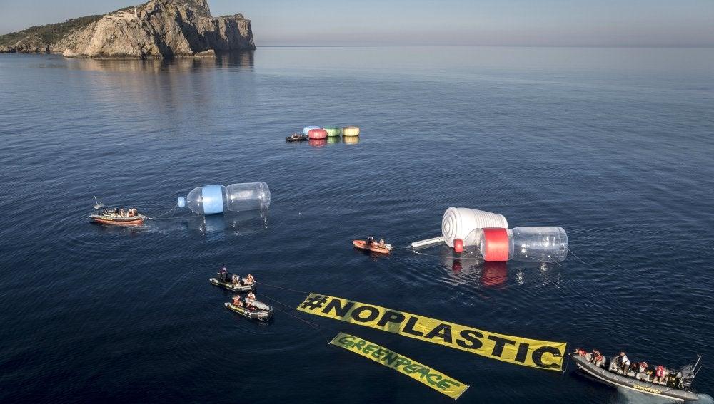 """Greenpeace coloca diez objetos gigantes en el Mediterráneo para """"hacer visible"""" la contaminación por plásticos del mar"""