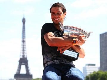 Rafa Nadal abraza su Roland Garros con la Torre Eiffel en el horizonte