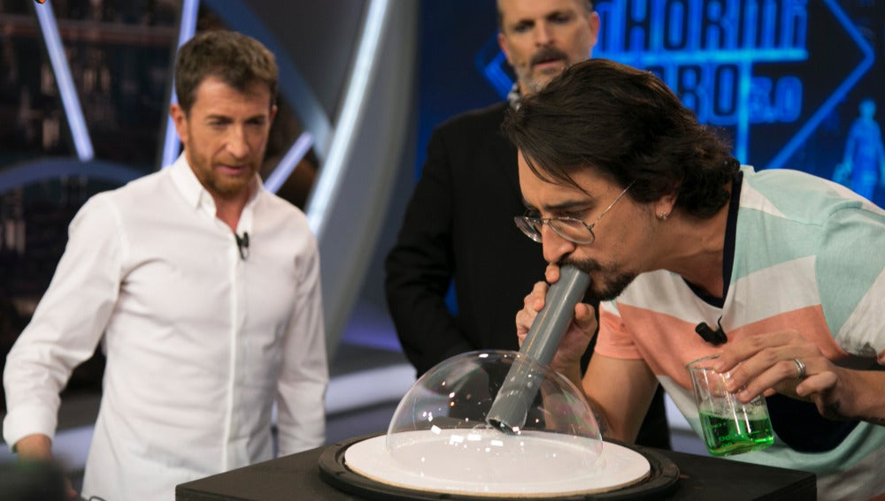 Marron hace bailar a una burbuja de jabón