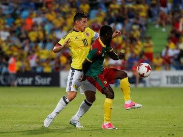 James pelea el balón en el partido de Colombia frente a Camerún
