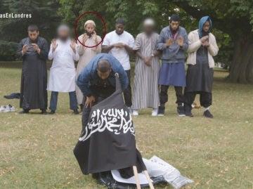 Khuram Shazad Butt rezando con varios extremistas
