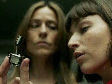 Tokio encuentra el micrófono que da comienzo al plan de Raquel