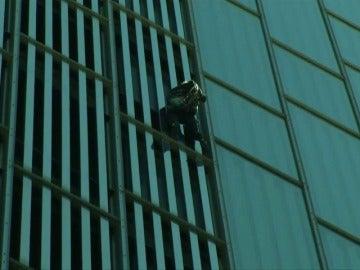 Frame 7.796341 de: El spiderman francés, Alain Robert, escala un edificio en Barcelona