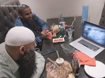 Abu Haleema y Mohammed viendo un vídeo de ejecuciones
