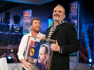 Pablo Motos le entrega a Miguel Bosé el Disco de Oro