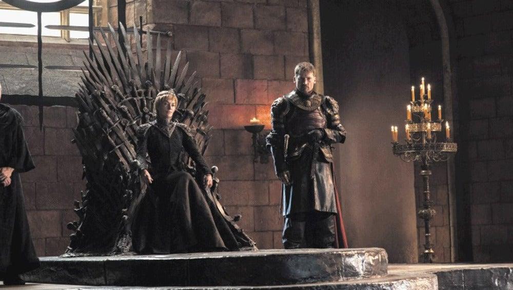Cersei en el Trono de Hierro junto a su hermano Jamie