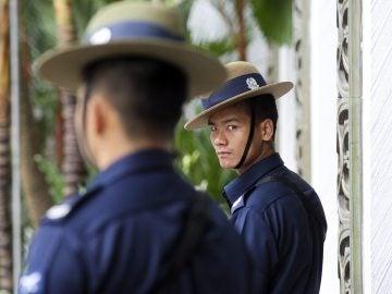 Agentes de la Policía de Singapur vigilan en una operación policial