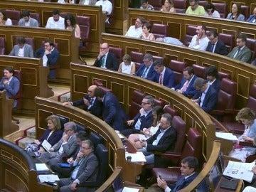 Frame 35.637924 de: Críticas en redes sociales a Méndez de Vigo por leer un libro durante la intervención de Irene Montero en el debate de la moción de censura