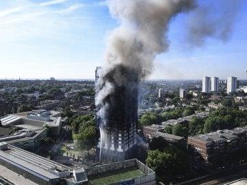 Una columna de humo cubre la Torre Grenfell