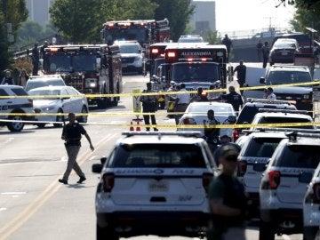 Agentes de policía estadounidenses permanecen en el lugar donde se produjo un tiroteo