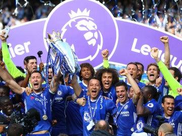 Los jugadores del Chelsea levantan la Premier League