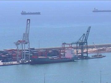 Frame 36.207975 de: La primera jornada de huelga de 48 horas de la estiba paraliza los puertos