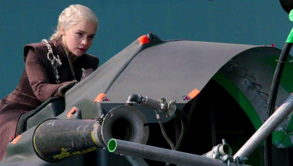 Emilia Clarke volando sobre un dragón en 'Juego de Tronos'