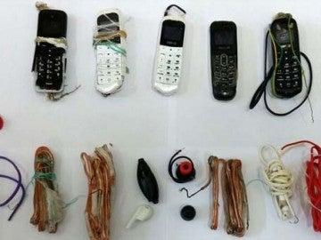 Algunos de los móviles hallados en el estómago