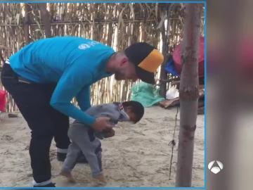 Sergio Ramos juega con un niño en Perú