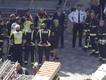 Theresa May visita la Torre Grenfell y valora la situación con los equipos de bomberos