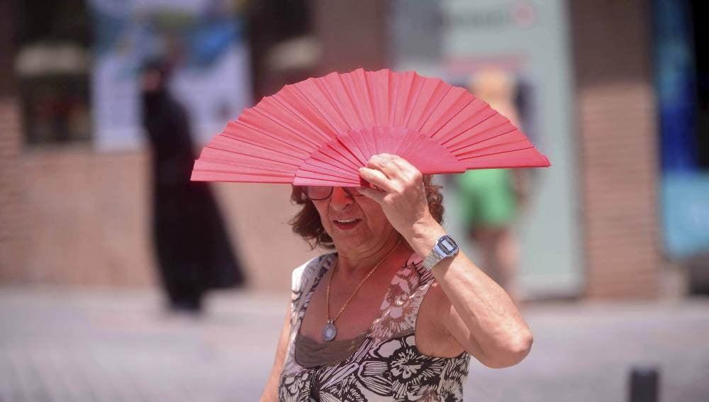 Una mujer camina por una calle del centro de Córdoba