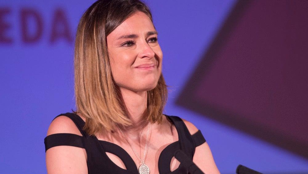 Sandra Barneda recogiendo premio Triángulo de la Visibilidad