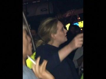 La cantante británica Adele visita la Torre Grenfell de Londres y se emociona ante