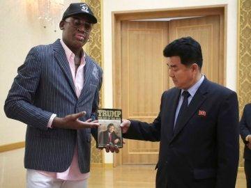 Dennis Rodman, entregando el libro de Trump