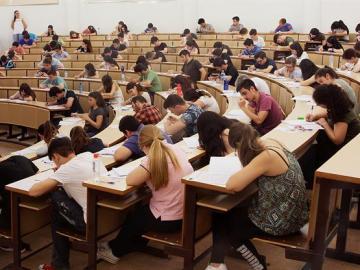 Universitarios examinándose en un aula