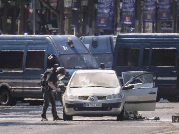 El coche que ha impactado contra un furgón policial en los Campos Elíseos