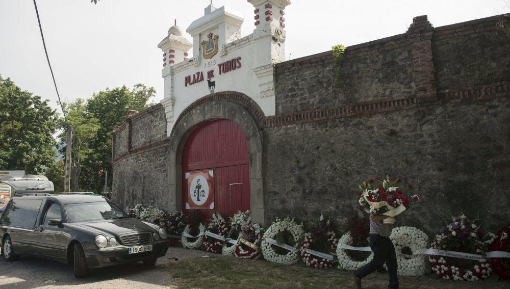 Coronas de flores colocadas en el exterior de la plaza de toros de Orduña