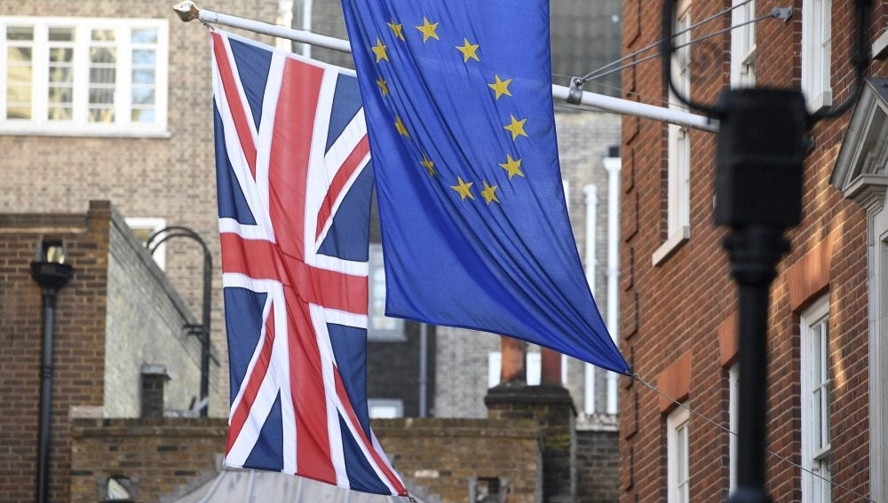 La bandera británica y la de la Unión Europea en la Casa de Europa en Londres