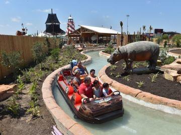 Un grupo de personas disfruta de una de las atracciones de Morgan's Inspiration Island