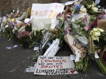 Mensajes de apoyo, flores y velas en el lugar del ataque de Finsbury Park (Londres)