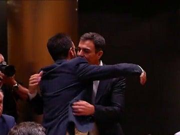 Pedro Sánchez se abraza con Antonio Hernando en su regreso al Congreso