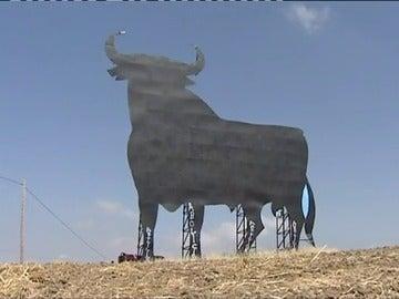 El toro de Osborne cumple 60 años vigilando nuestras carreteras