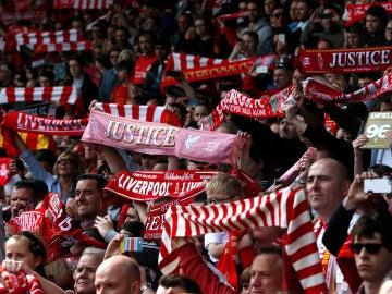 Los aficionados del Liverpool, cantando el 'You'll never walk alone' en Anfield