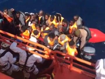Rescatan a 35 personas de una patera a seis millas de Alborán